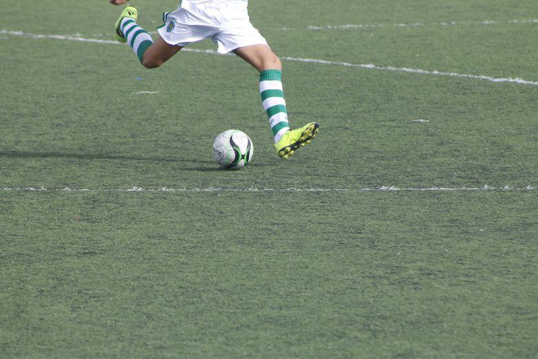 Fussballspieler-Pass-Mittelkreis